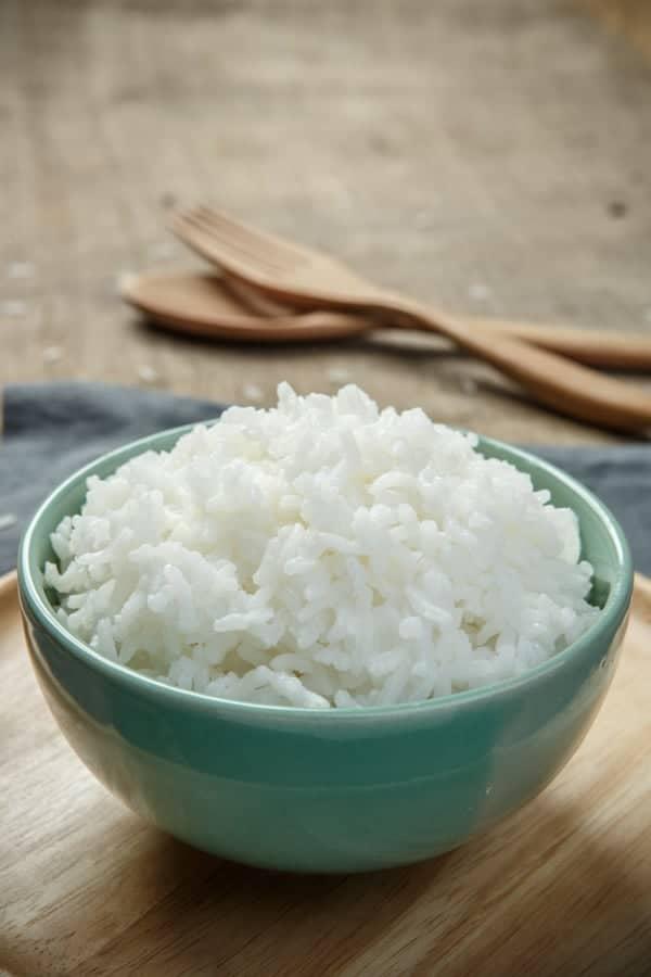 Bol de riz avec couverts en bois