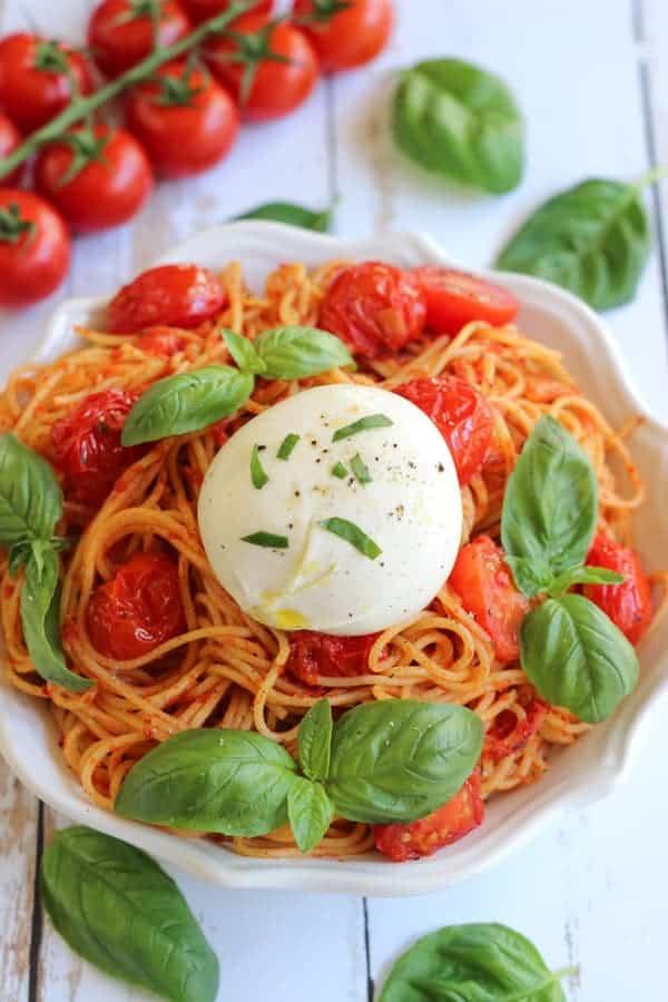 Spaghetti à la burrata et à la tomate